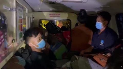 Xe cứu thương nhét 12 người ở vùng dịch Bắc Ninh về Sơn La, mỗi người trả cước 300.000 đồng - Ảnh 1.