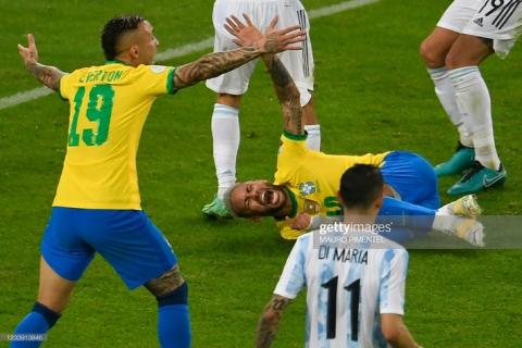 Neymar gây tranh cãi lớn khi vừa khóc nức nở vì thua trận xong đã vui vẻ cười đùa với Messi - Ảnh 1.