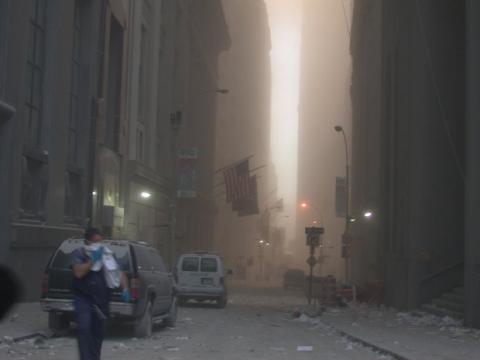 Những hình ảnh chưa từng công bố về sự kiện khủng bố ngày 11/9: Cả một chương lịch sử bi thảm tái hiện trước mắt - Ảnh 2.