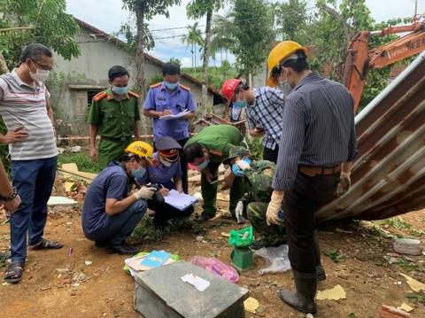Vụ nổ làm sập nhà, 2 người tử vong ở Quảng Nam: Phát hiện thuốc nổ lấy từ bom, có thể do người chồng tự tử? - Ảnh 1.