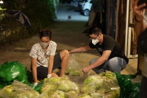 Hoa hậu H'Hen Niê lăn xả làm việc, bê bao gạo nặng 50kg, được gọi hoa hậu bốc vác - Ảnh 1.
