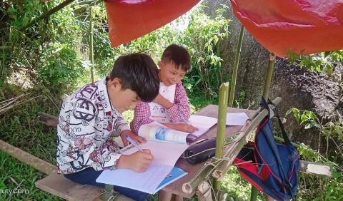 Học sinh ở bản biên giới leo đỉnh núi, dựng lán hứng sóng để học trực tuyến - Ảnh 2.