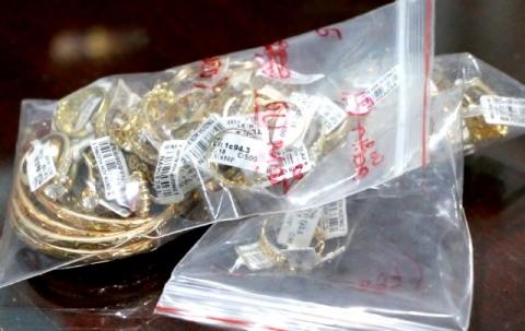 Nữ nhân viên 28 tuổi trộm 2.380 nhẫn vàng của tiệm vàng bị khởi tố - Ảnh 1.