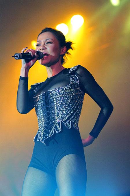 Thu Minh và thời trang siêu hở hang