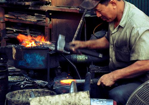 Gặp người thợ rèn cuối cùng ở phố cổ Hà Nội ngày áp Tết