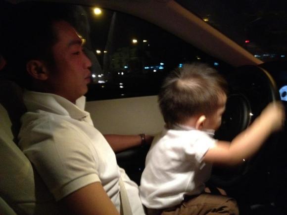 Hồ Ngọc Hà khoe ảnh Cường Đô la và con trai trên Facebook