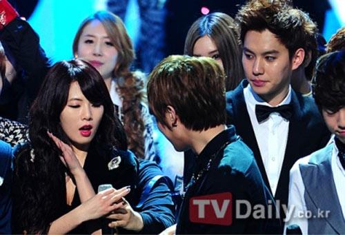 Tae Yang (Chaos) nhìn HyunA không chớp mắt