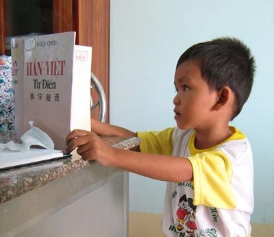 Cậu bé 4 tuổi chưa đi học nhưng đã biết đọc 3 thứ tiếng
