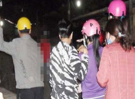 NÓNG 24h: 'Tái mặt' thấy nam thanh niên chết trong tư thế quỳ treo cổ