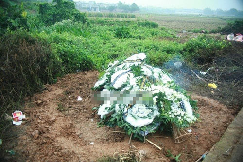 Đám tang lớp trưởng bị giết: Người yêu nam sinh khóc ngất bên linh cữu