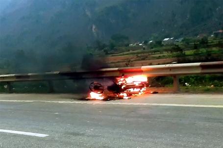 Xe máy Trung Quốc đang đi bỗng bốc cháy đùng đùng