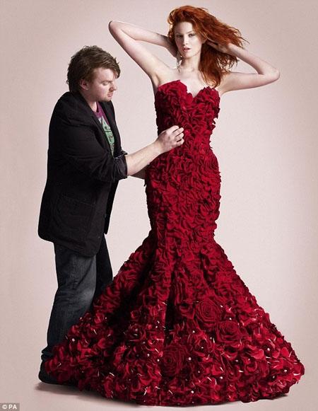 Valentine 2012: Bất ngờ với mẫu váy kết bằng hoa hồng