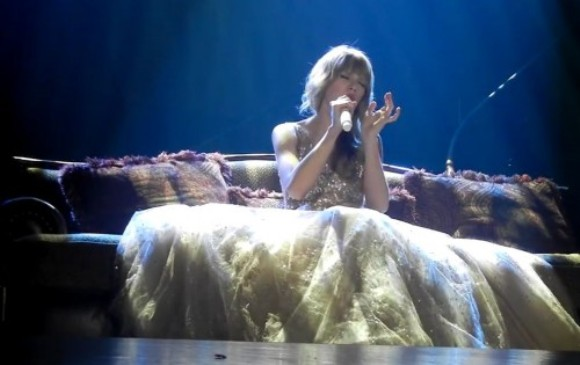 Taylor Swift 'nhử' fan 'The Hunger Games' với 'Eyes Open'
