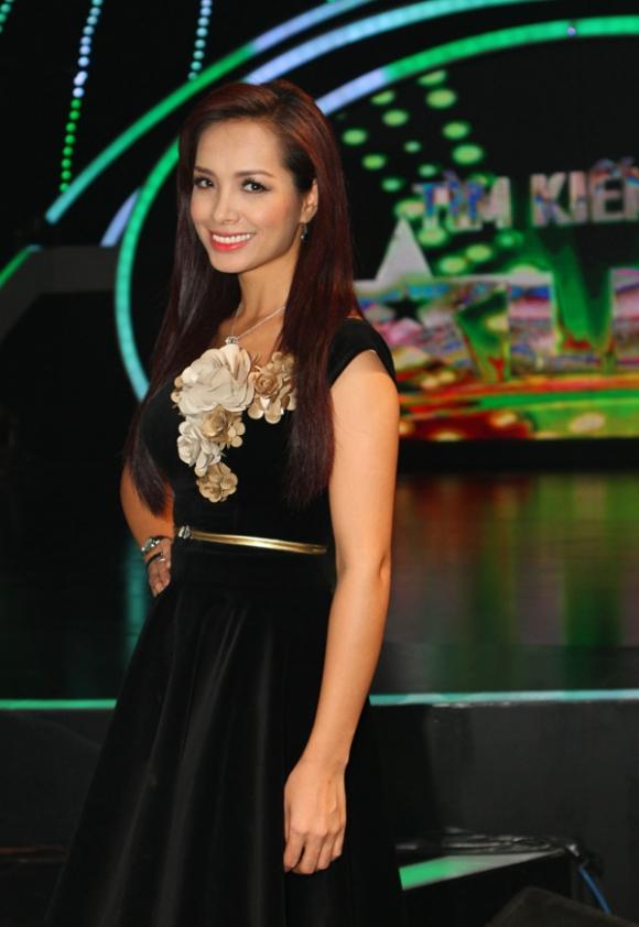 Thúy Hạnh cổ điển với váy nhung trong Vietnam's Got Talent
