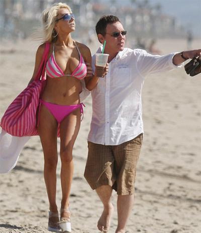Cô dâu 17 tuổi diện bikini khoe vòng 1 'khủng' trên bãi biển