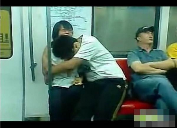 Clip học sinh hôn ngực nhau trên xe điện ngầm
