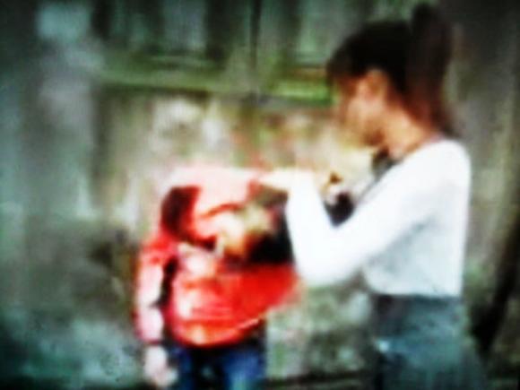 Clip nữ sinh cấp 2 đánh bạn, lột quần áo quay video tung lên mạng