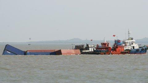 Vụ đâm tàu Trường Hải Star: 64 ôtô các loại chìm xuống biển