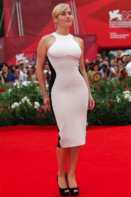 Những chiếc váy có điểm nhấn ở phần eo hay hơi ôm sát là lựa chọn thông minh.