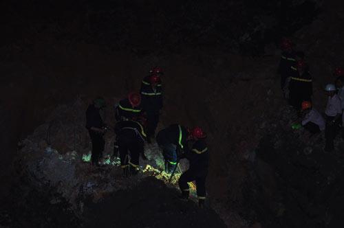 Trắng đêm tìm kiếm, vẫn chưa thấy thi thể 5 nạn nhân sập lò