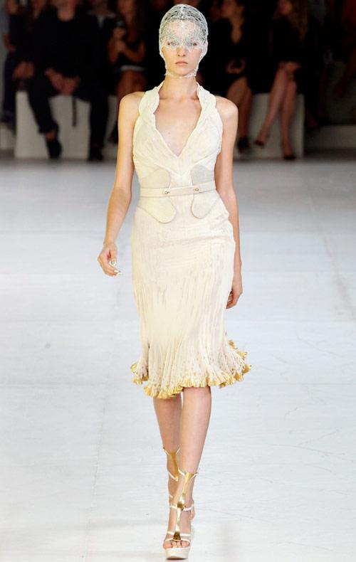 Váy xếp nếp tung hoành trên các sàn diễn thời trang xuân hè 2012