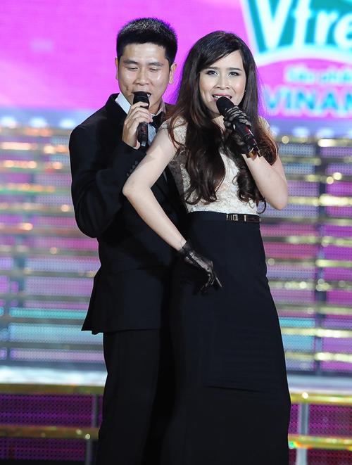 Vợ chồng Hồ Hoài Anh - Lưu Hương Giang tình tứ trên sân khấu