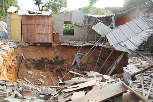 Sụt lún đất bất thường ở Cẩm Phả, 3 nhà dân sập đổ
