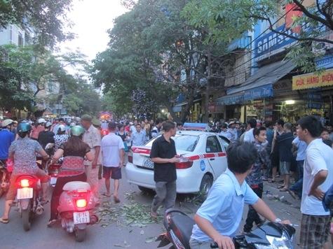 Hà Nội: Cả khu chợ Trời náo loạn vì taxi lao điên cuồng trên phố