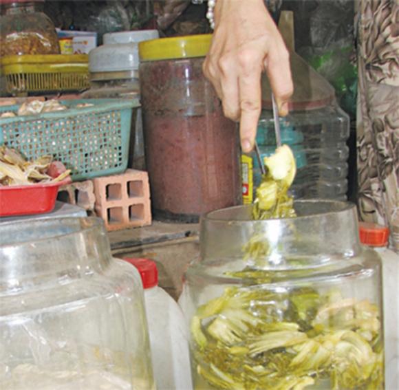 Ăn uống ngày hè: Coi chừng ngộ độc với món dưa muối!