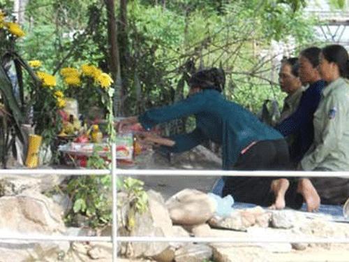 Thắp hương, vái lạy tổ kiến ở Hà Tĩnh