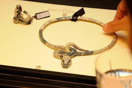 Lý Nhã Kỳ lại gây choáng với trang sức kim cương tiền tỷ