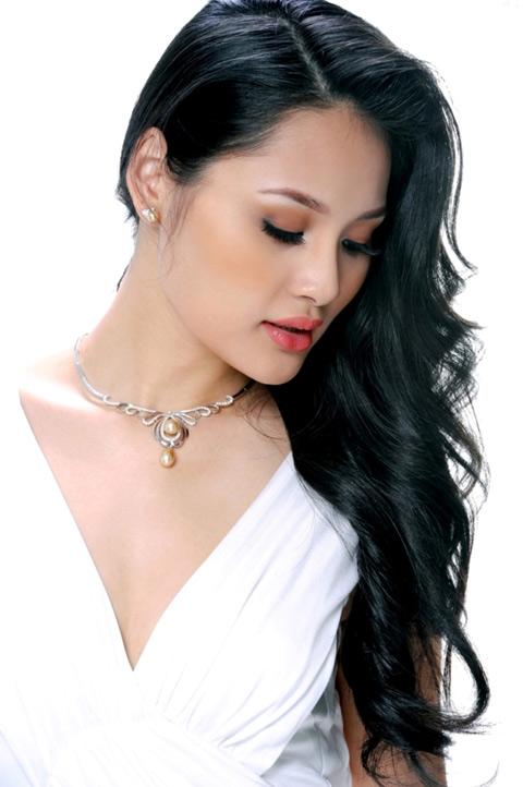 Hương Giang quý phái với bộ trang sức ngọc trai bạc tỷ