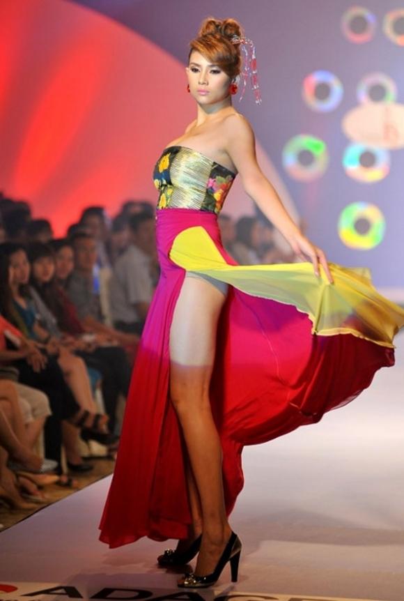 Những tư thế 'khó đỡ' khi diện váy của Sao Việt (P1)