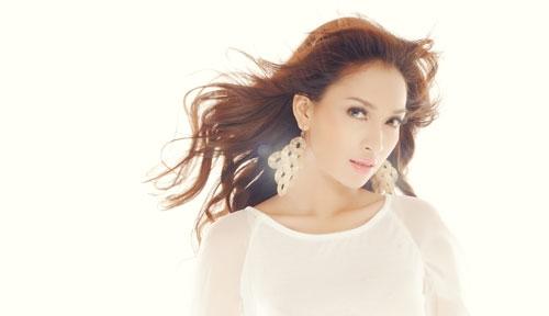 Siêu mẫu Ái Phương quyến rũ với váy ren trắng