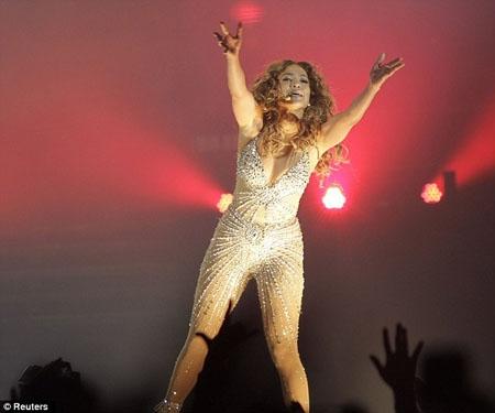 Jennifer Lopez hát cực 'sung' trong bộ đồ ánh kim