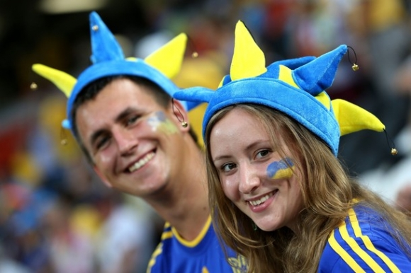 Cổ động viên Ukraina và Pháp 'đọ sắc'