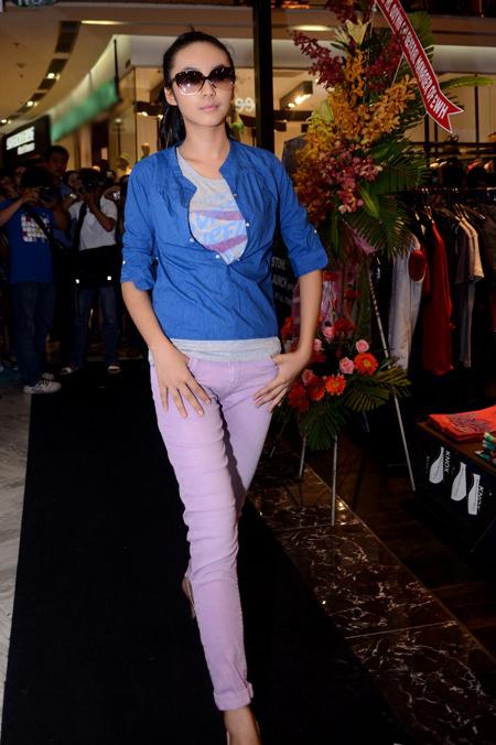 Bảo Trân năng động và cá tính với quần jeans