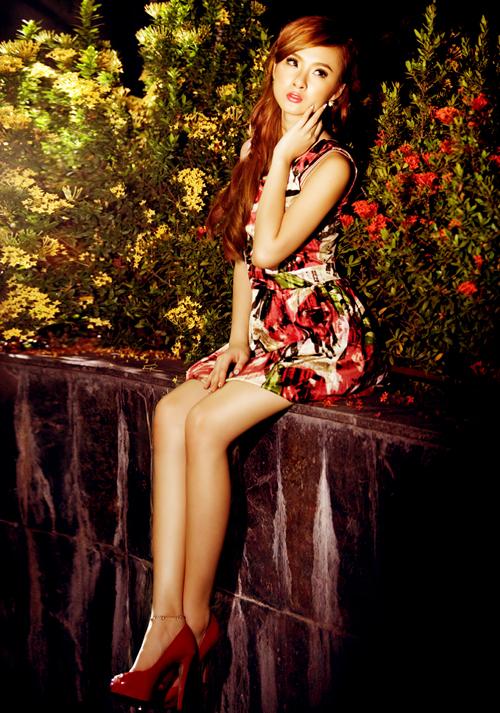 Angela Phương Trinh diện váy hoa khoe chân thon