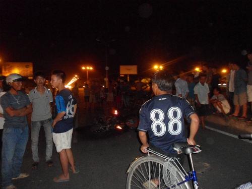 Hàng trăm người truy đuổi, đốt xe và đánh 'cẩu tặc' ngất xỉu