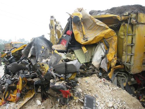 Hà Nam: Xe tải đối đầu, hai người chết thảm trong cabin