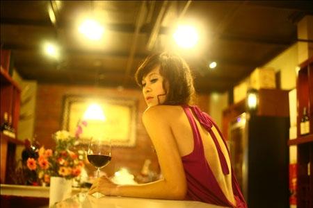 Siêu mẫu Việt Nam 2012 lả lơi khoe lưng trần gợi cảm