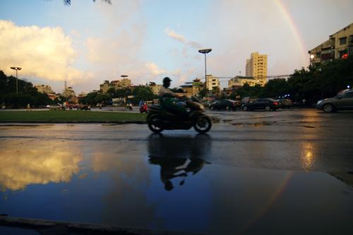 Cầu vồng xuất hiện sau cơn mưa tại Hà Nội