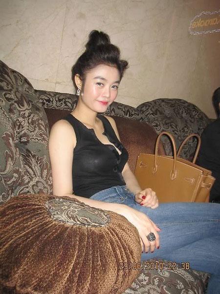 Lộ ảnh Hoa hậu kế nhiệm Ngọc Trinh ăn chơi trác táng