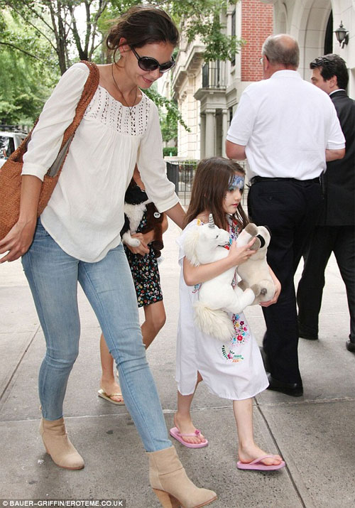Lộ ảnh Suri mặt vẽ dạo phố cùng mẹ Kate
