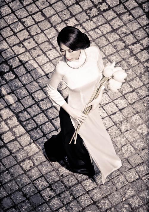 Quỳnh Thy dịu dàng, đằm thắm với tà áo dài xưa