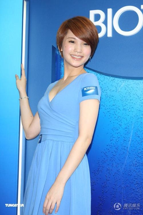 Dương Thừa Lâm trẻ trung và gợi cảm với váy xẻ sâu