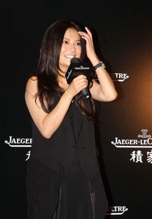 Triệu Vy mặc cả cây đen lộ diện mạo kém xinh