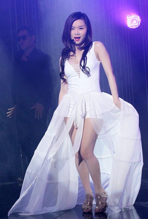 Vy Oanh khoe chân dài với váy trong suốt