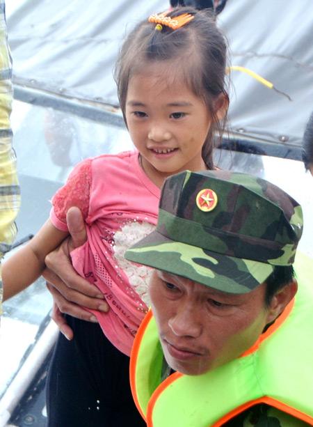 Cận cảnh cuộc giải cứu tàu cháy, người trôi nổi trên biển Hạ Long