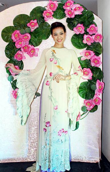 Chị em Mai Thu Huyền diện áo dài 'đọ sắc' như hai ả tố nga